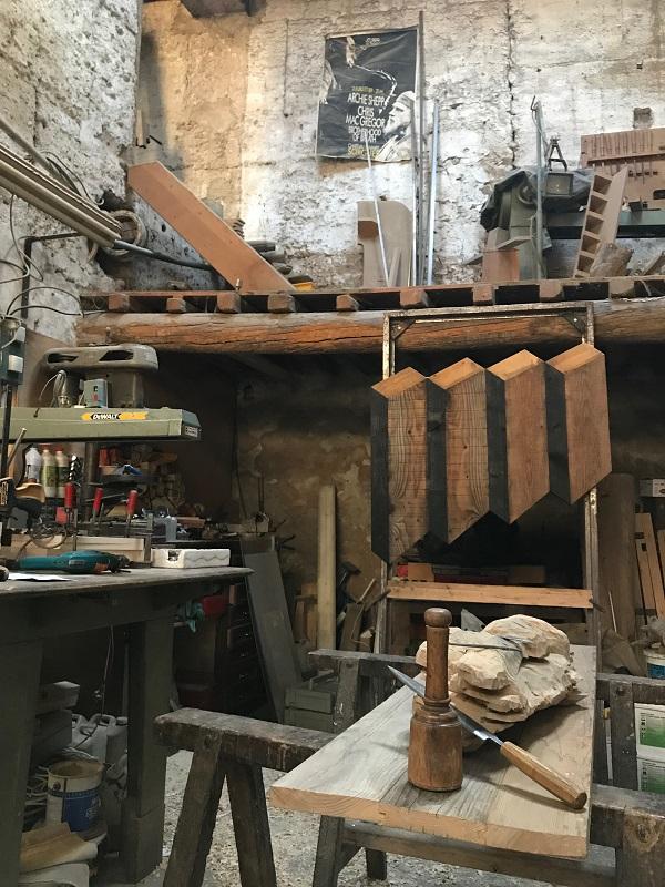 Atelier du sculpteur sur bois Pierre Rolland outils et machine