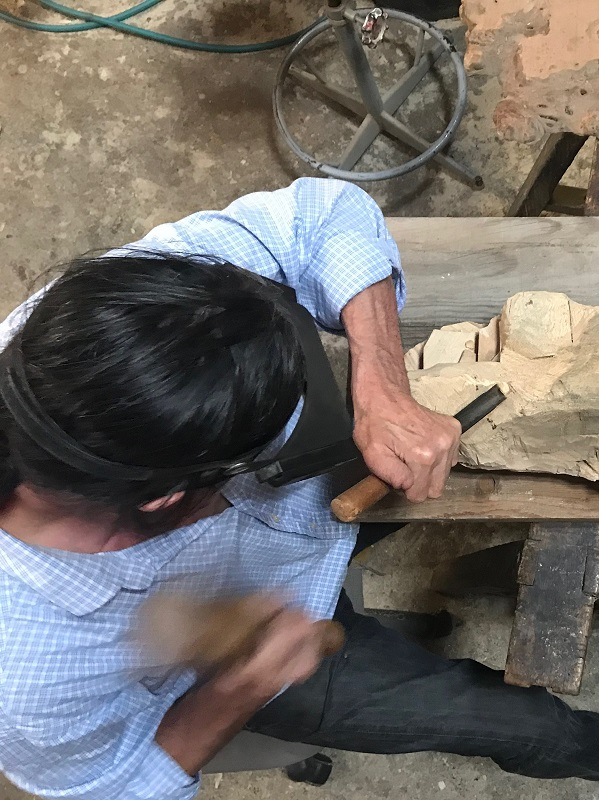 Pierre Rolland en plein travail de sculpture