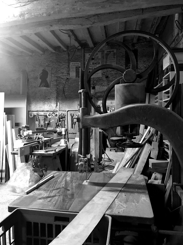 Atelier du sculpteur sur bois Pierre Rolland noir et blanc