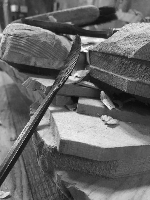 Atelier du sculpteur sur bois Pierre Rolland noir et blanc - limes et outils