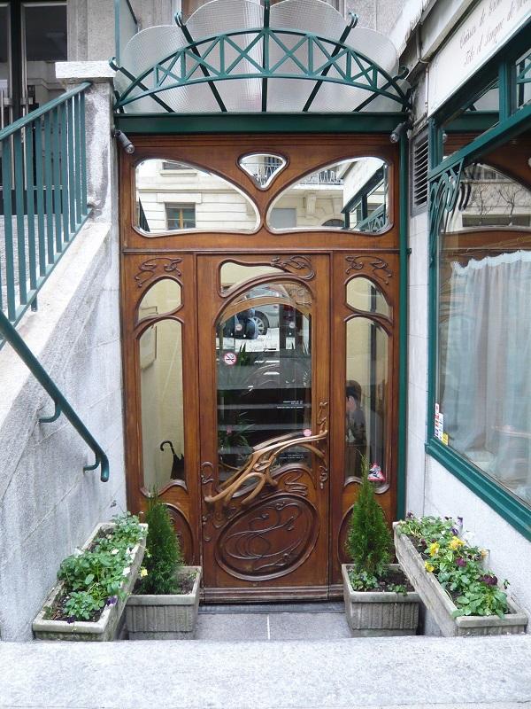 Fabrication d'une porte d'entrée de restaurant à Genève en dibétou et frêne par Pierre Rolland