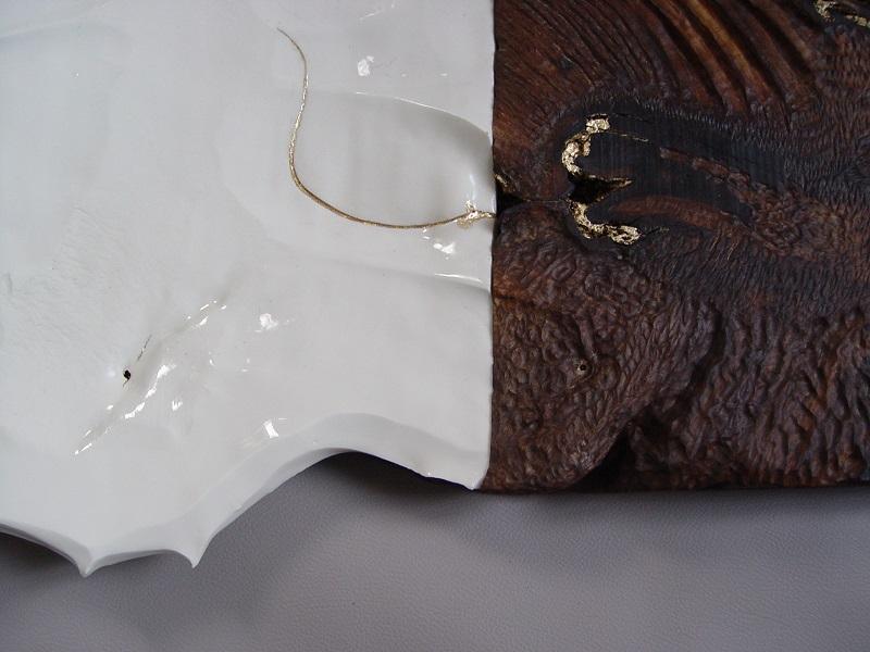 Sculpture en noyer, porcelaine et feuille d'or - vue détail feuille or