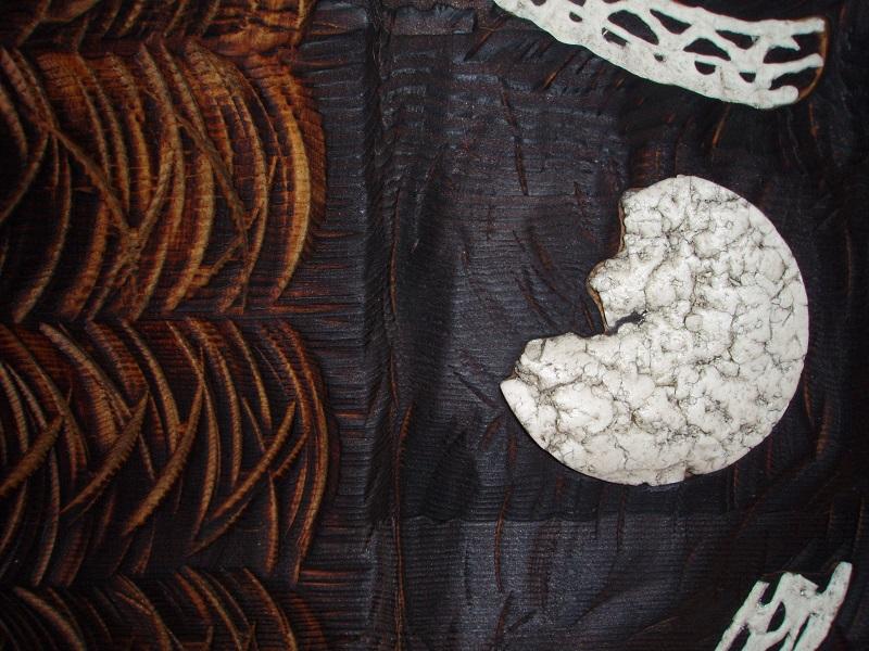 Tondo n°10 en mélèze sculpté et brûlé, porcelaine - vue détail