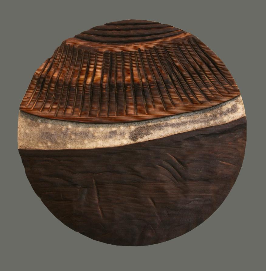 Tondo n°8 en mélèze sculpté et brûlé, résine et limaille de fer