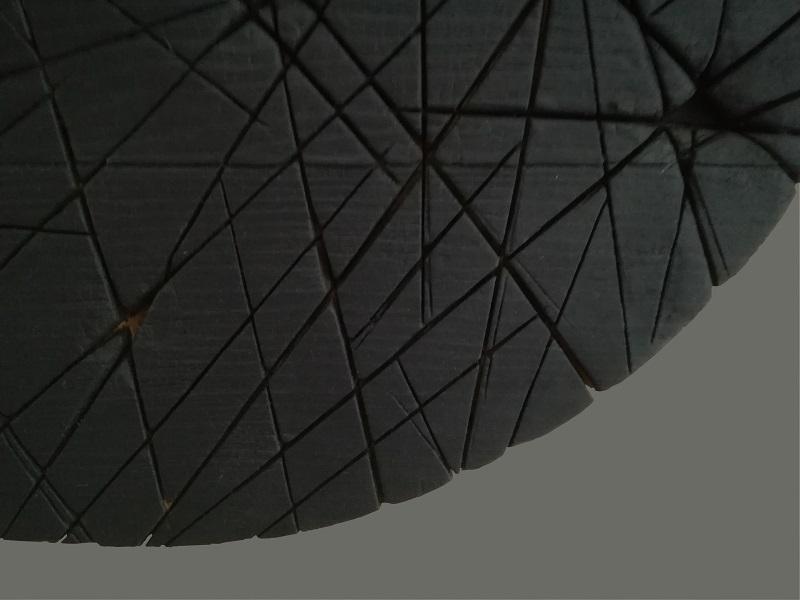 Tondo n°11 en aulne sculpté et brûlé - vue détail